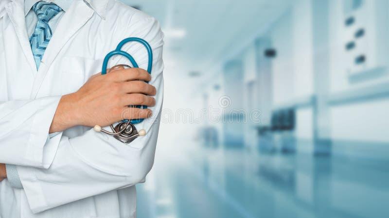 医学和医疗保健概念 有听诊器的医生在诊所,特写镜头 免版税库存照片