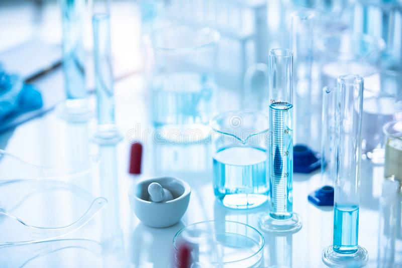 医学实验室在化学生物实验室测试科学研究与开发和医疗保健概念背景的试管 免版税图库摄影