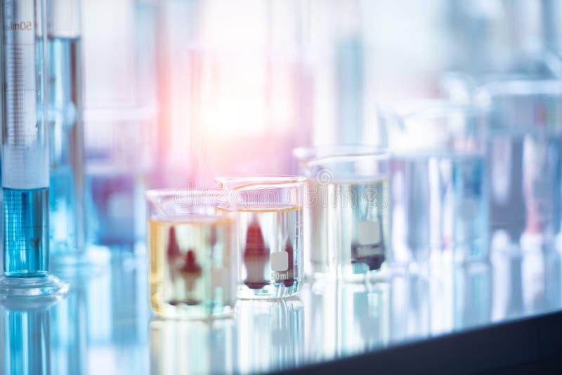 医学实验室在化学生物实验室测试科学研究与开发和医疗保健概念背景的试管 免版税库存照片