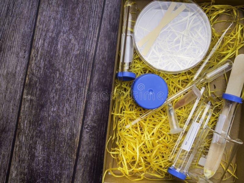 医学实验室玻璃器皿、科学设备研究的在医学和化学 库存图片