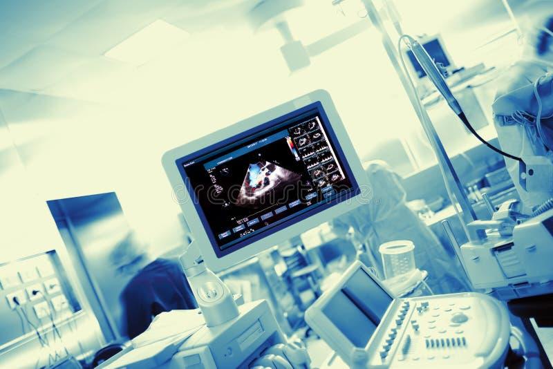 医学实验室用电子设备和工作人员 库存照片