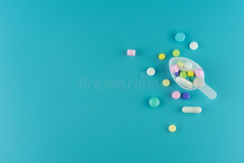 医学药片、片剂和胶囊在匙子 图库摄影