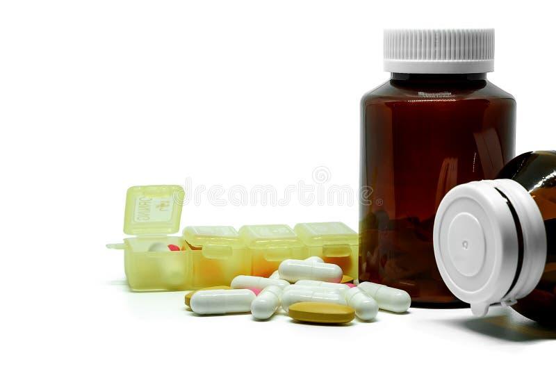 医学药片、维生素、瓶和箱子在白色背景 图库摄影