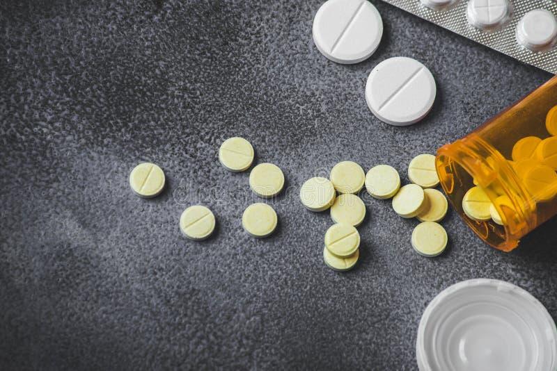 医学药片和片剂顶视图有橙色药瓶的医疗保健的 免版税图库摄影