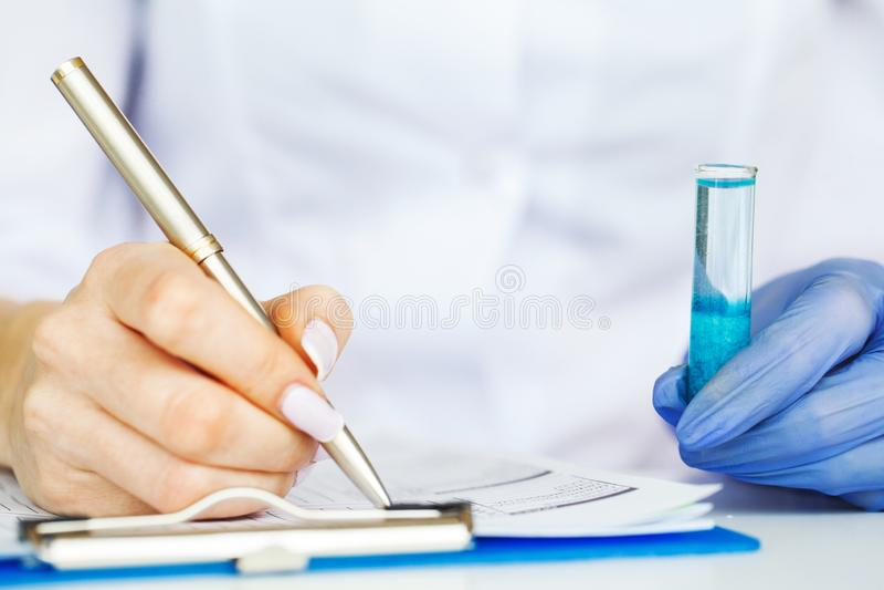 医学 做化学实验的化验员 关闭检查试管的科学家在实验室 免版税图库摄影