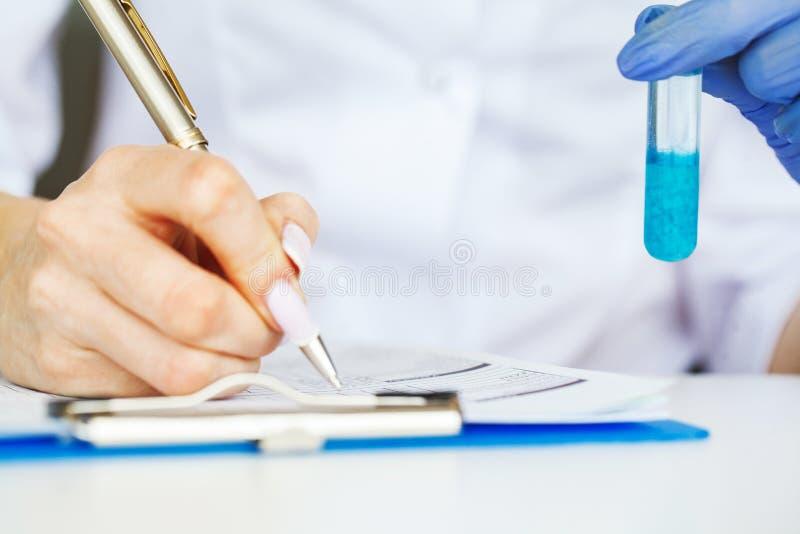 医学 做化学实验的化验员 关闭检查试管的科学家在实验室 库存照片