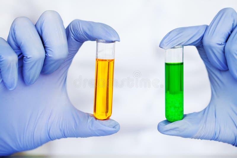 医学 做化学实验的化验员 关闭检查试管的科学家在实验室 免版税库存照片