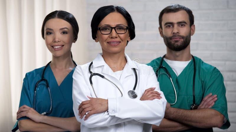 医护人员微笑对照相机的,卫生保健系统和保险改革政策 图库摄影