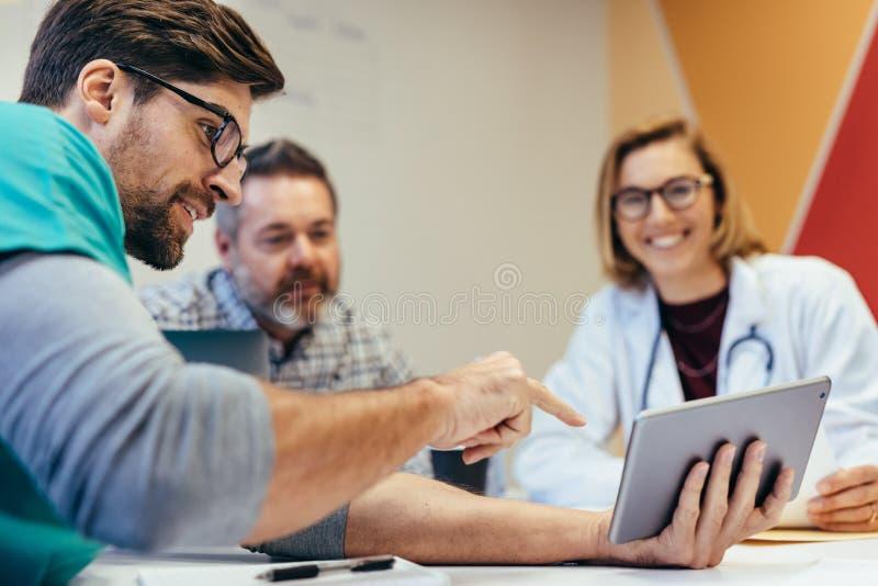医护人员早晨简报在会议室里 免版税库存照片
