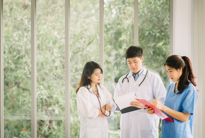 医护人员谈论在医院走廊 免版税图库摄影