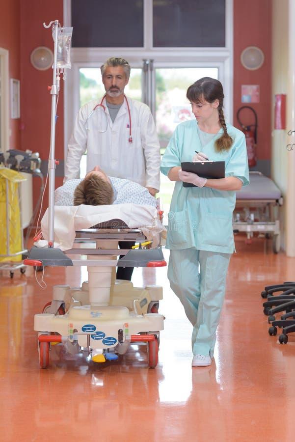 医治医院盖尼式床的运载的患者 库存照片
