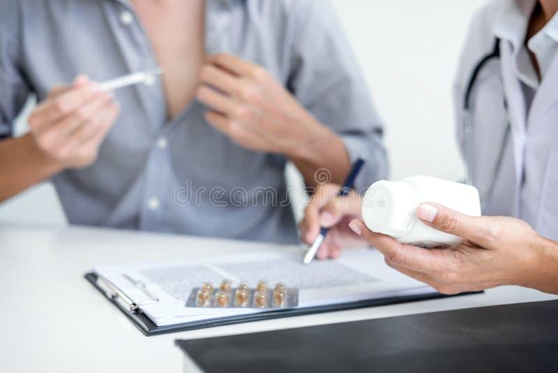 医治咨询的患者并且推荐治疗方法和ho 免版税库存图片