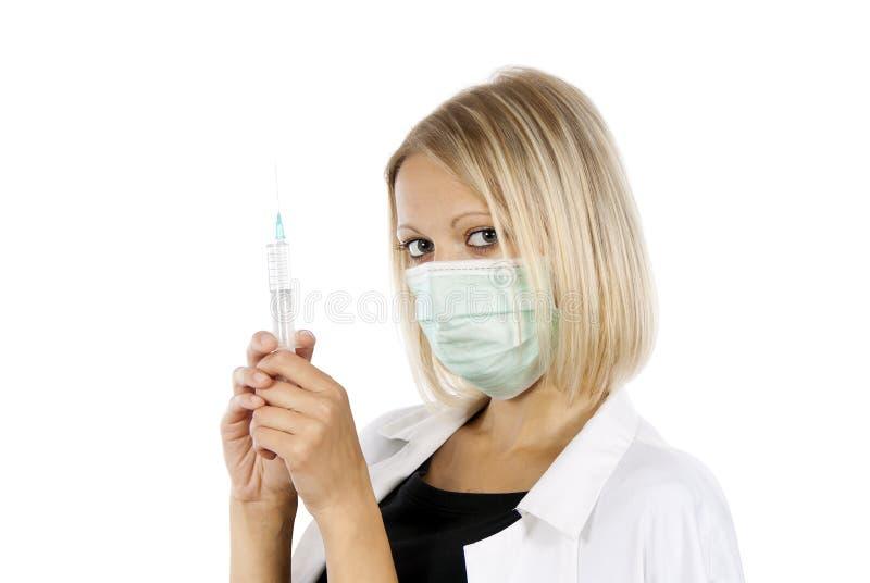 医治有注射器和屏蔽的女孩 免版税库存照片