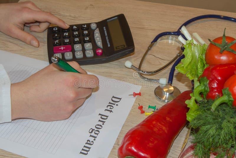 医治营养师用水果和蔬菜,健康吃 免版税库存图片