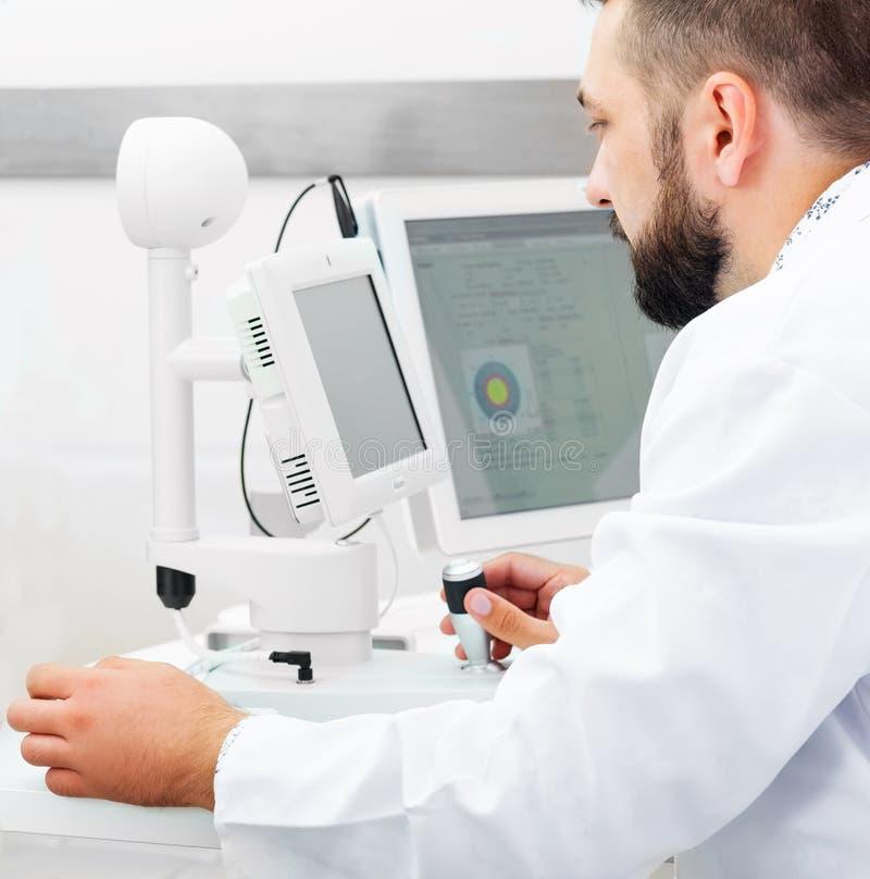医生与诊断设备一起使用 免版税库存照片