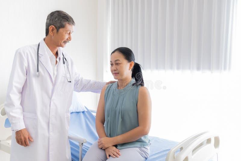 医生介绍和令人鼓舞患者 库存照片