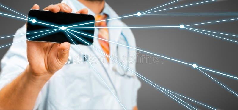 医生使用有被增添的现实的一个智能手机 远程会诊和通信与患者 库存图片