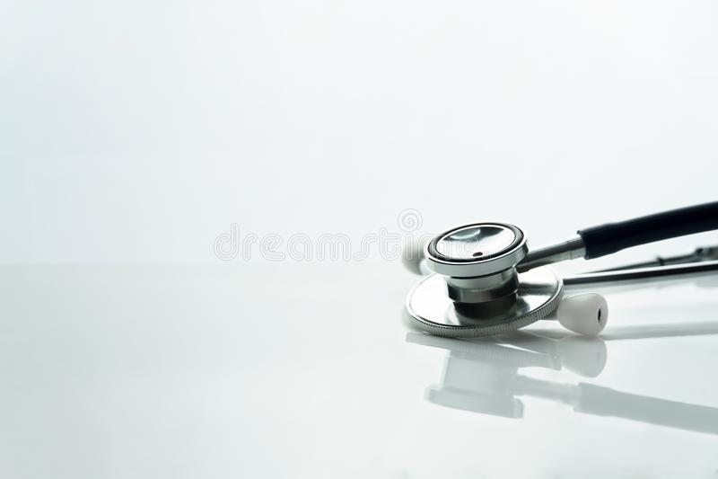 医生健康或病症诊断的听诊器在白色桌背景 免版税库存照片