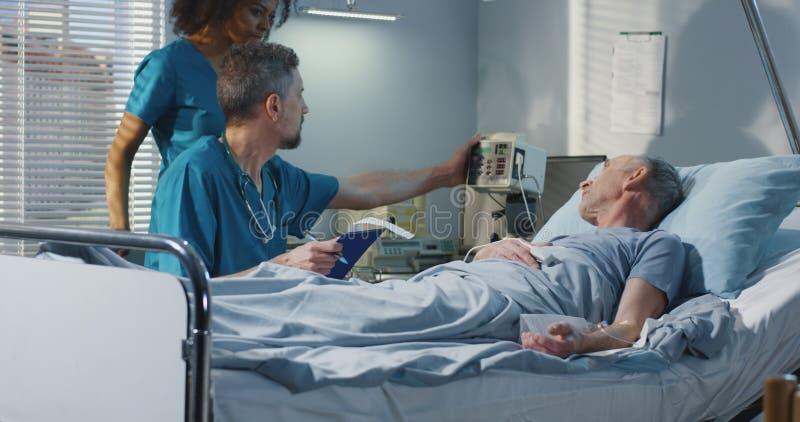 医生参观的患者在医院 免版税库存图片