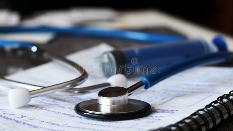 医生和医疗护理人民的听诊器在医院,愈合患者 免版税库存照片