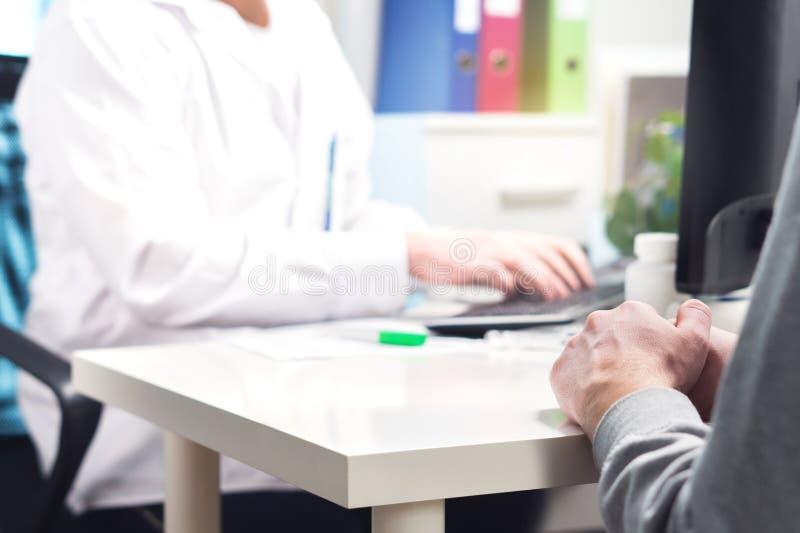 医生和患者在任命、参观或者会议在医院 免版税库存图片