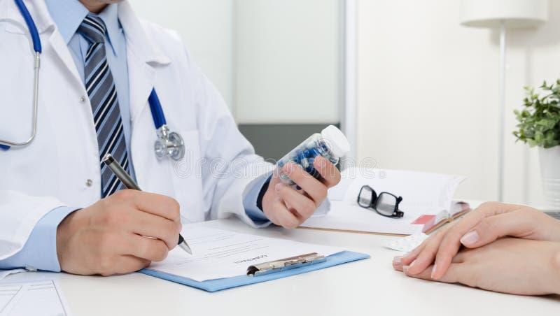 医生和患者在办公室 医生规定食谱 免版税库存图片