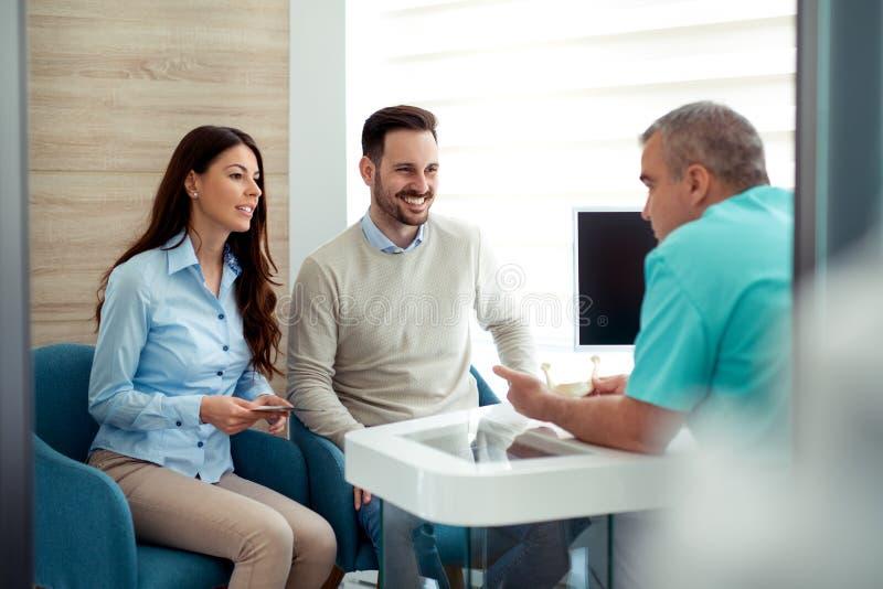 医生和患者讲话在医院候诊室 库存照片