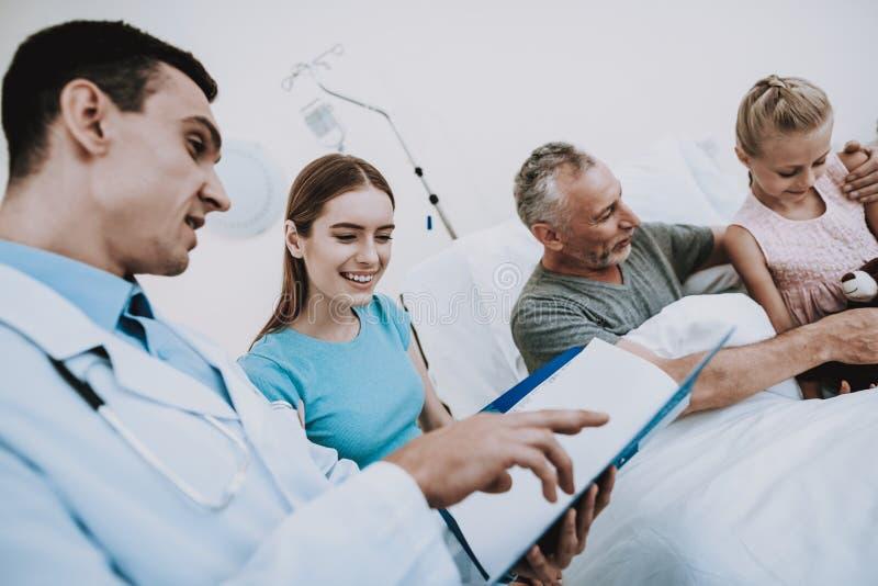 医生和所有家庭 与老人的愉快的家庭 免版税库存照片