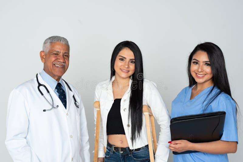 医生和护士有患者的白色背景的 库存图片