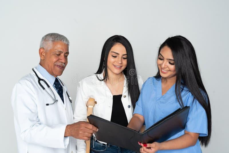 医生和护士有患者的白色背景的 免版税图库摄影