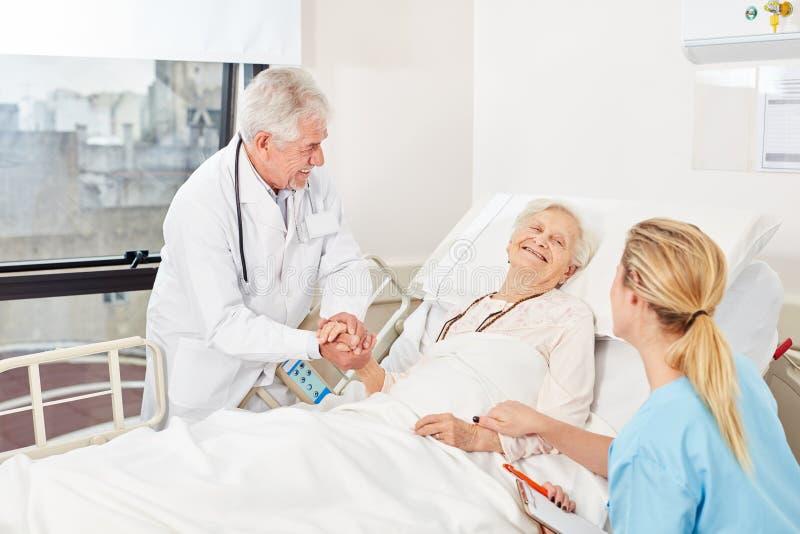 医生和护士照顾彼此 免版税图库摄影