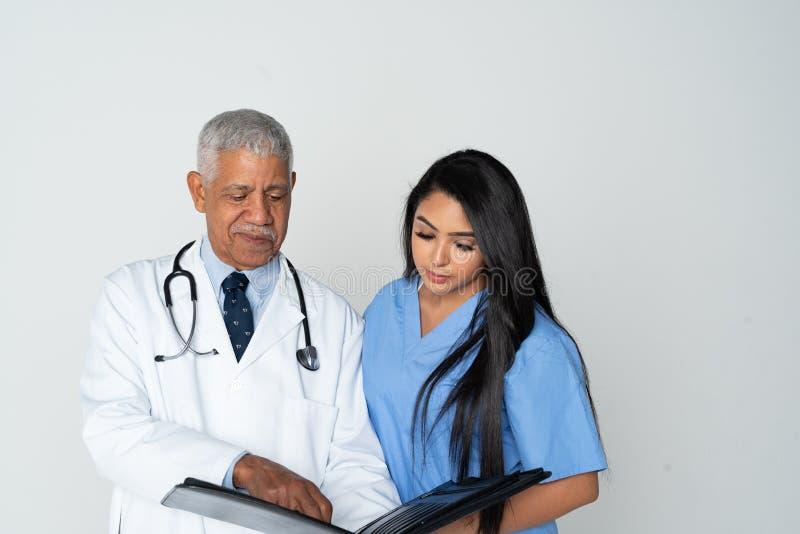医生和护士白色背景的 免版税图库摄影