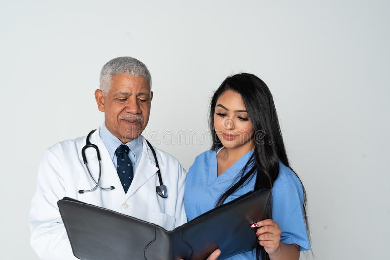 医生和护士白色背景的 免版税库存图片