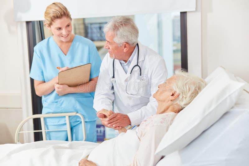 医生和护士Vísite的 免版税库存图片