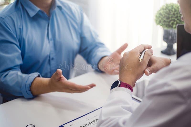 医生咨询以在诊所或医院健康的男性耐心健康疾病 健康和医生概念 免版税图库摄影