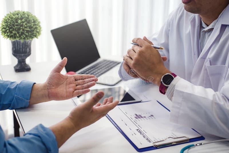 医生咨询以在诊所或医院健康的男性耐心健康疾病 健康和医生概念 库存图片