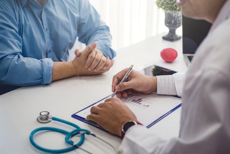 医生咨询以男性耐心健康疾病在诊所或医院健康中心 健康和医生概念 库存图片