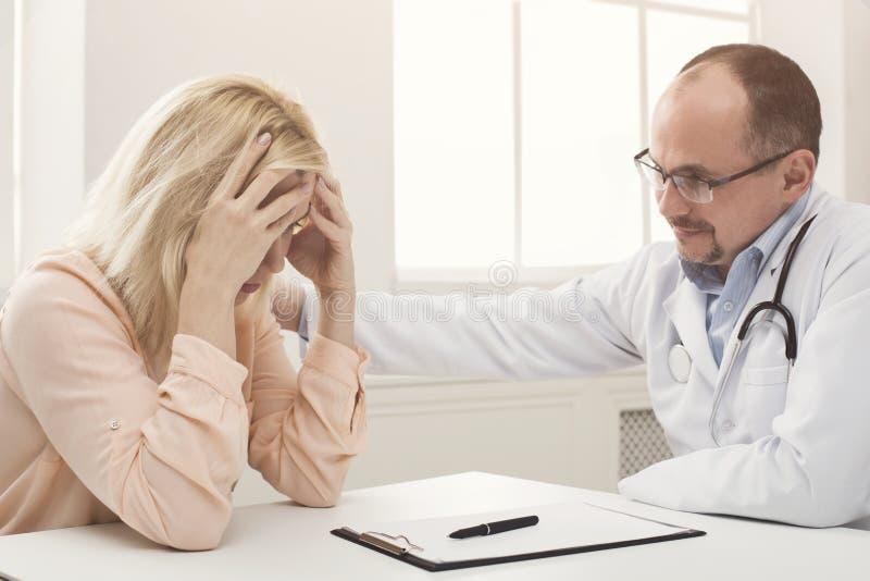 医生咨询的妇女在医院 免版税库存照片
