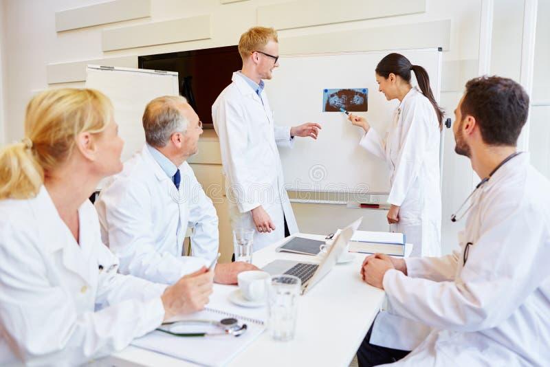 医生在与放射学家的会谈 免版税库存图片