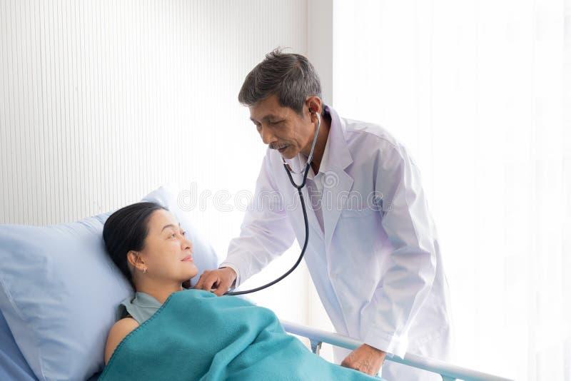 医生在医院谈论了女性患者的病症 库存图片