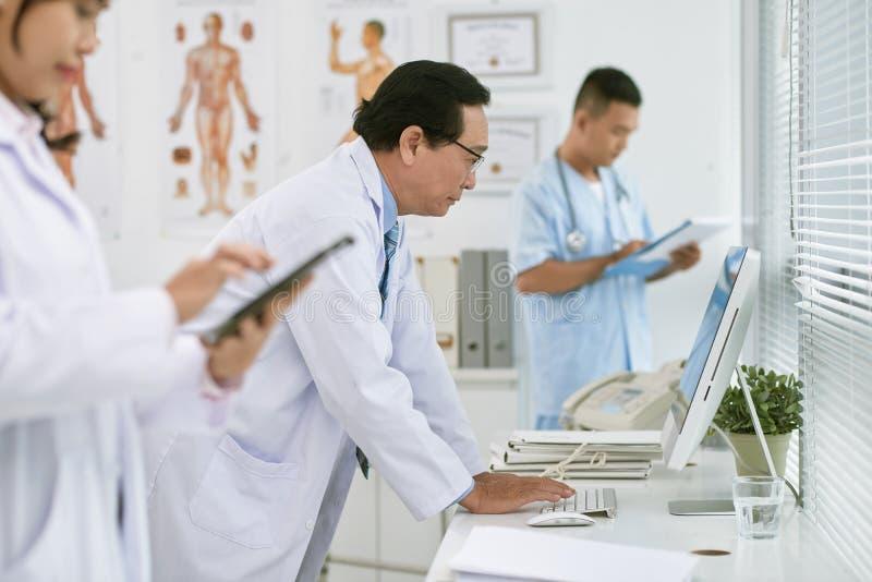 医生在屏幕上的读书数据 库存图片