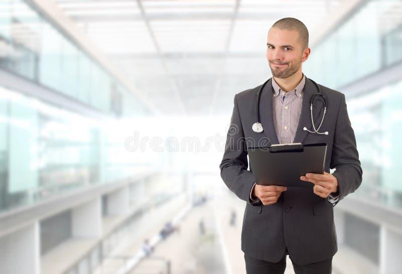 医生在想。男医生在医院用笔记思考 库存照片