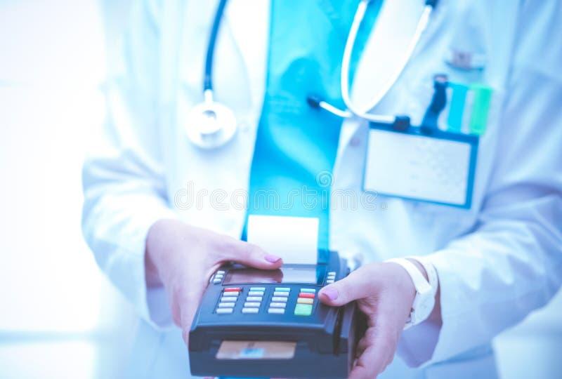 医生在手上拿着付款终端 支付医疗保健 ?? 图库摄影