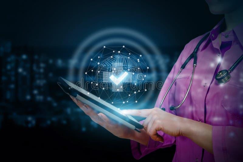 医生在机动性显示医疗的质量 免版税库存图片