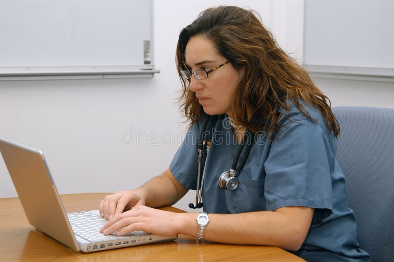 医生夫人笔记本工作 免版税库存图片