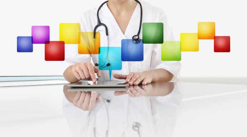 医生妇女接触数字片剂的手在办公桌有空的象的,在白色背景中隔绝的拷贝空间的 库存图片