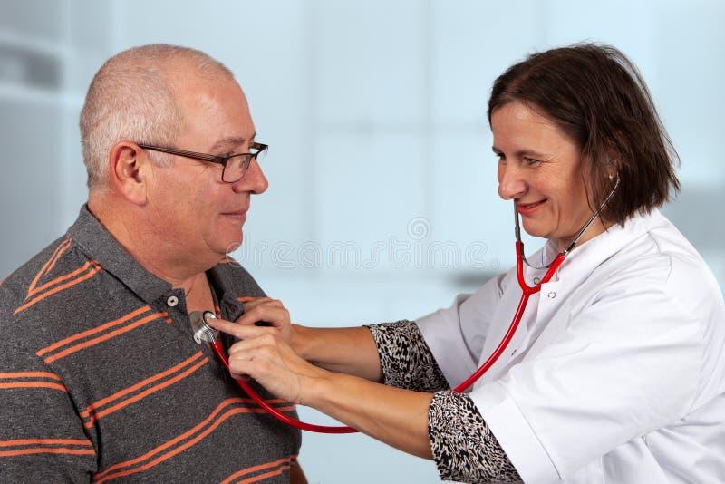 医生审查有听诊器的肺 图库摄影