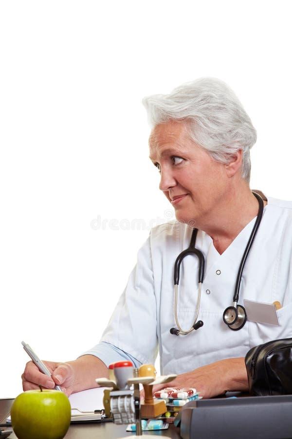 医生年长的人听 图库摄影