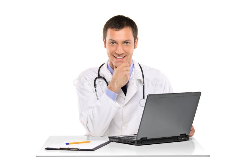 医生愉快的膝上型计算机运作的年轻&# 免版税图库摄影