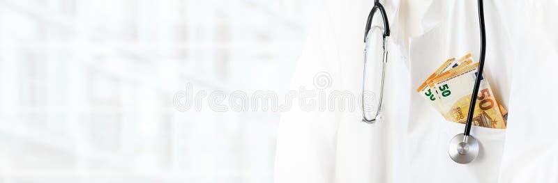 医生或医师有听诊器和欧元金钱的在口袋在一家现代医院、医疗保健费用和腐败 免版税库存图片